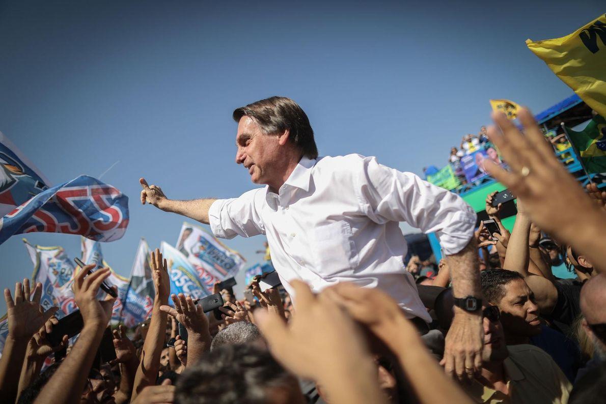 Jair Bolsonaro do Partido Social Liberal (PSL) acena aos seus apoiantes durante um comício da campanha ...