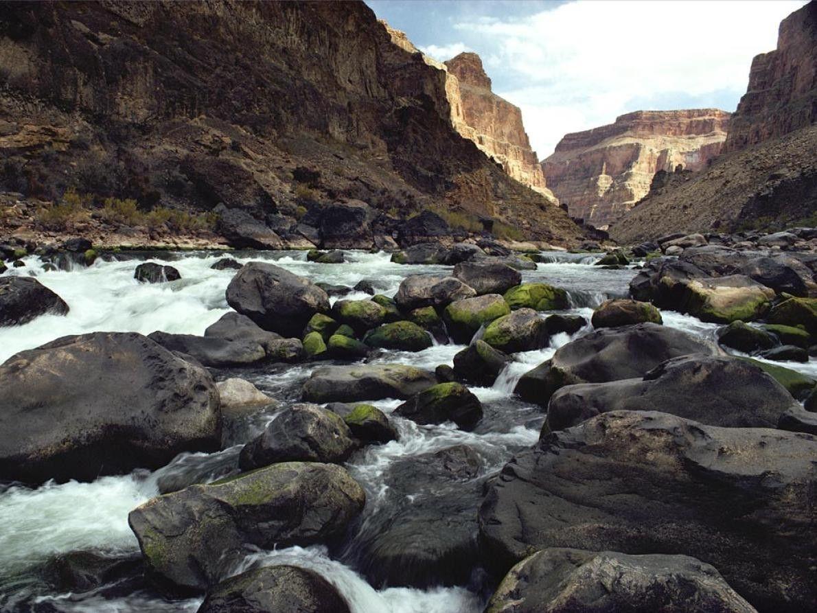 A água corre à medida que o Rio Colorado continua a cortar o seu caminho pelo ...