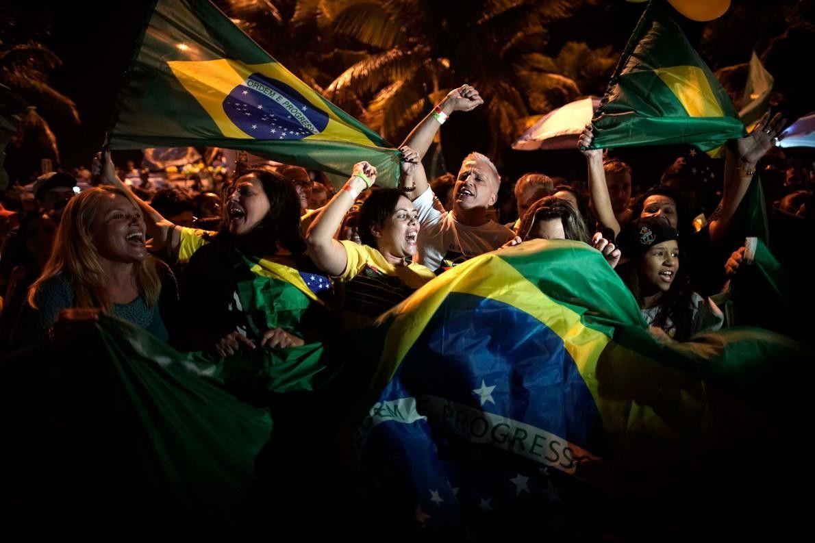 Apoiantes de Bolsonaro comemoram a vitória em frente à sua residência no Rio de Janeiro, no ...