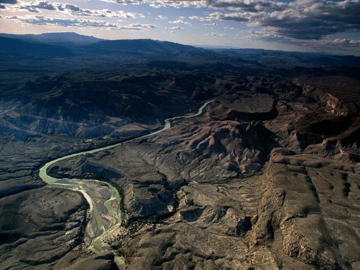 Com o México à esquerda e os EUA à direita, o Rio Grande forja uma barreira ...