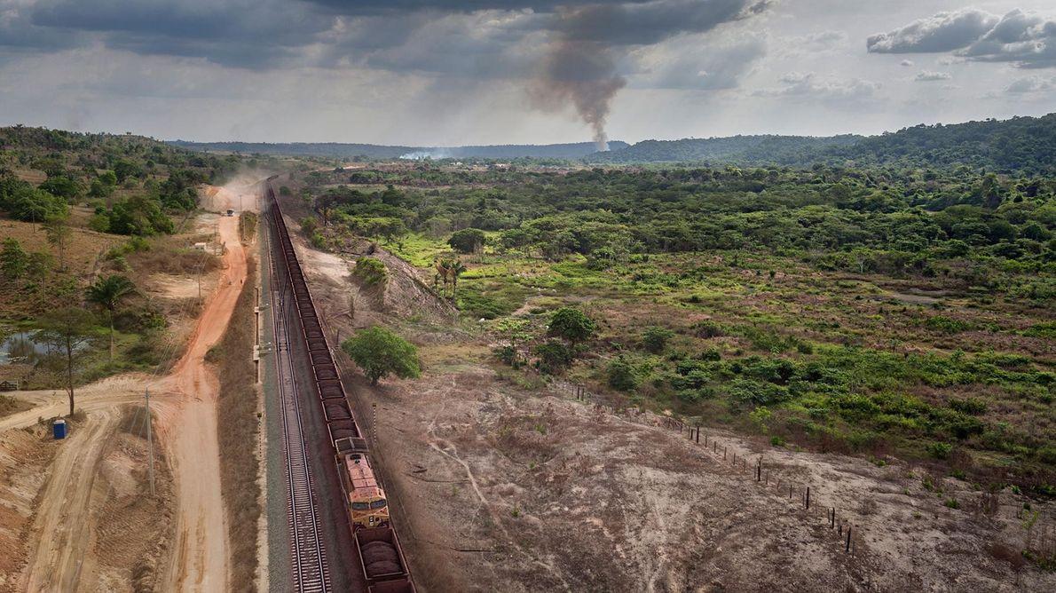 Longos comboios carregados de minério de ferro atravessam as comunidades indígenas de Posto Awá e Tiracambu, ...