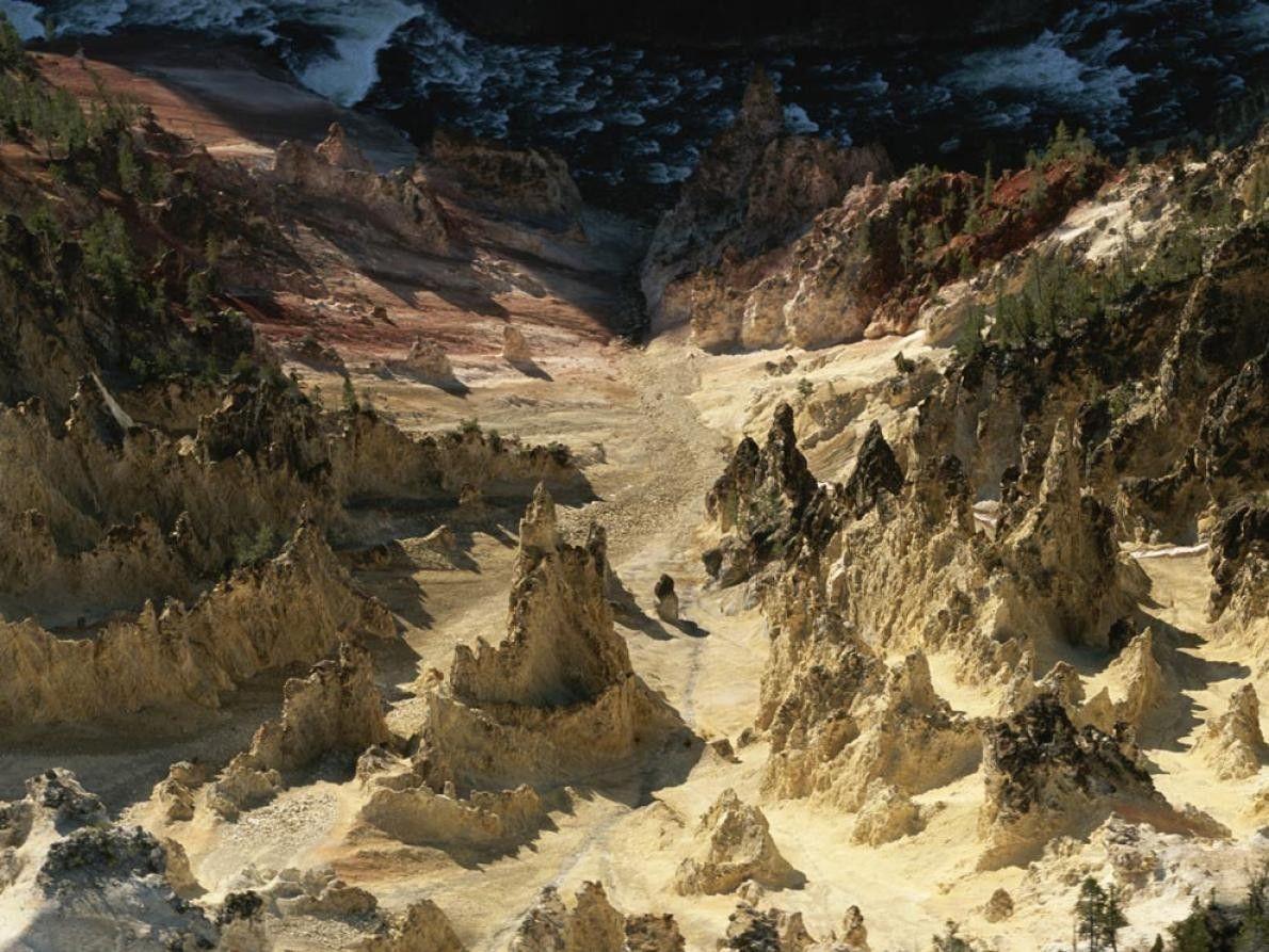 As formações rochosas despontam do solo do Grand Canyon no Parque Nacional de Yellowstone. As cheias ...