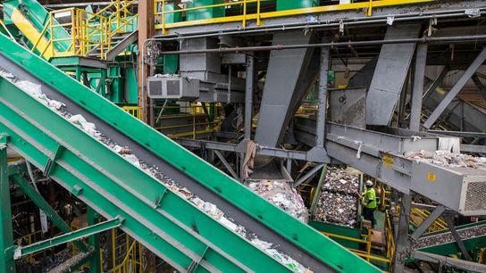 Plásticos diversos são depositados numa máquina com um separador ótico, numa central de reciclagem. A indústria ...