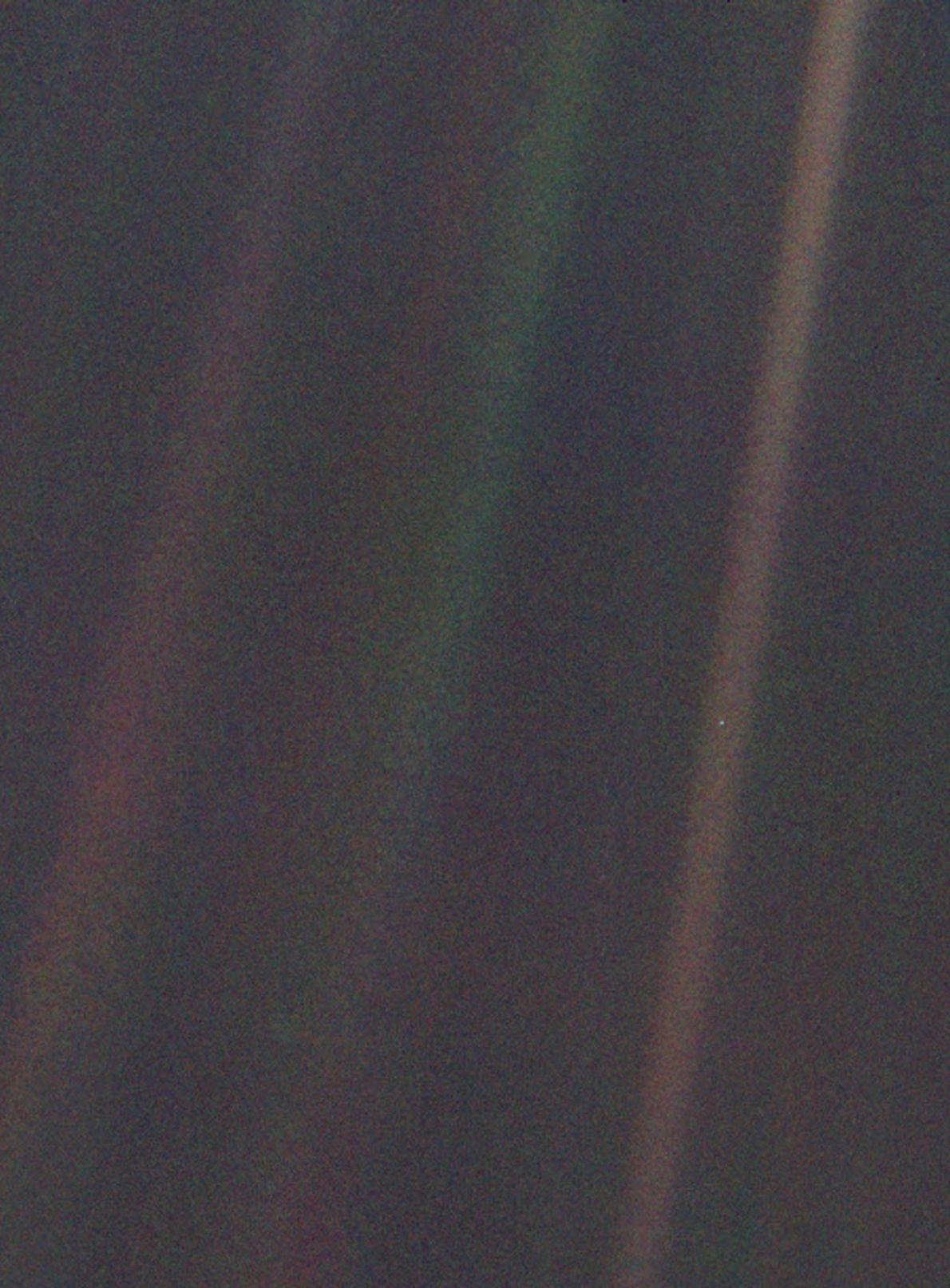 Em 1990, a nave espacial Voyager 1 tirou esta foto a cores da Terra