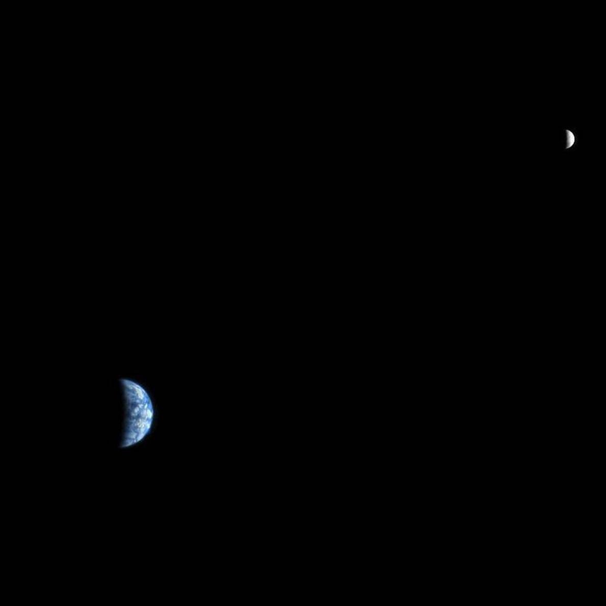 ausência de cor separa a Terra da lua, nesta foto tirada pela Mars Reconnaisance Orbiter, nave ...