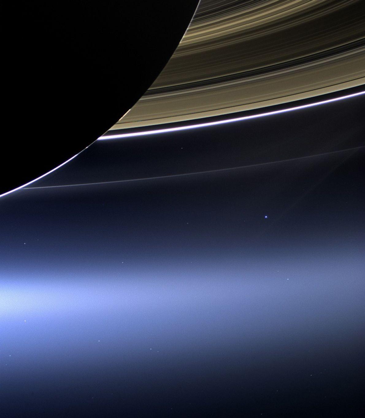 A Terra parece pairar sob os anéis de Saturno numa foto tirada pela sonda Cassini, em ...