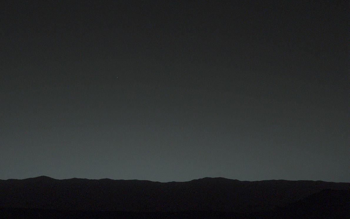 Vista a partir da superfície de Marte, a Terra é o ponto de luz mais brilhante ...