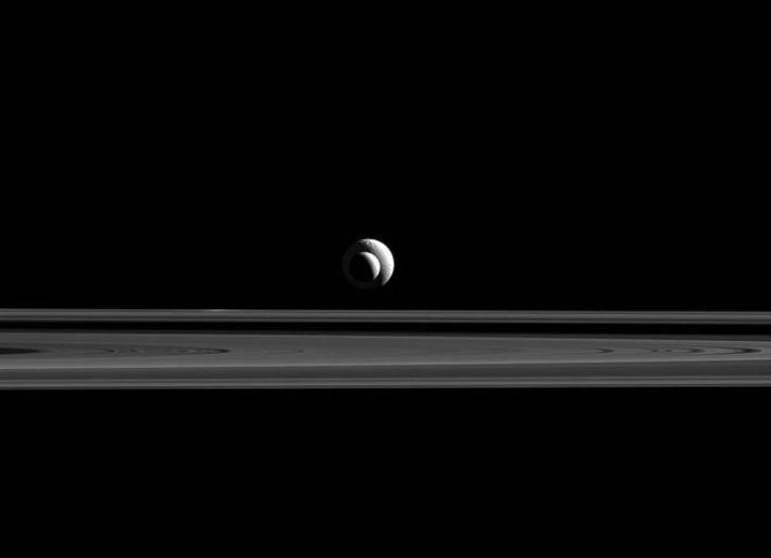 Tethys (atrás) e Enceladus (frente) alinhados em frente da câmara da Cassini,