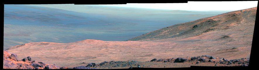 Colagem de fotografias tiradas pelo rover Curiosity, e coloridas artificialmente, mostarm parte da Marathon Valley em ...