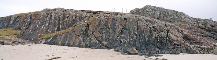 A rocha, mais longa do que um avião comercial de passageiros, aparece em primeiro plano nesta ...