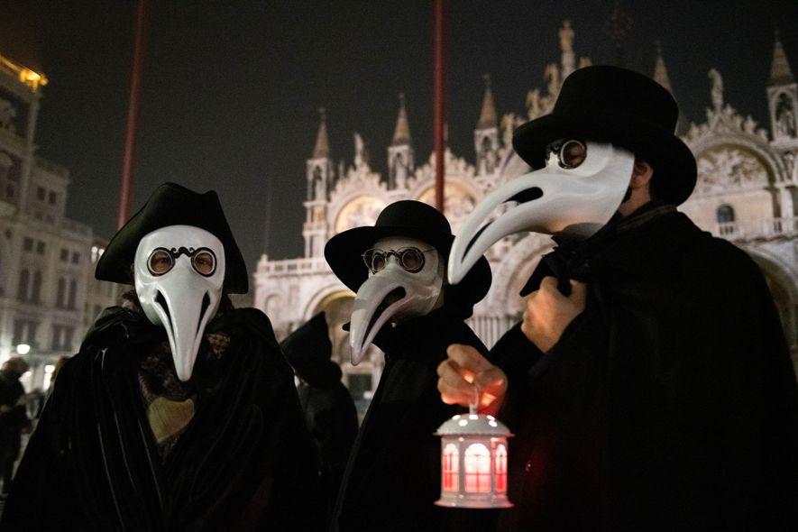 Venezianos vestidos de médicos da peste durante as celebrações do carnaval da cidade. Este ano, os ...