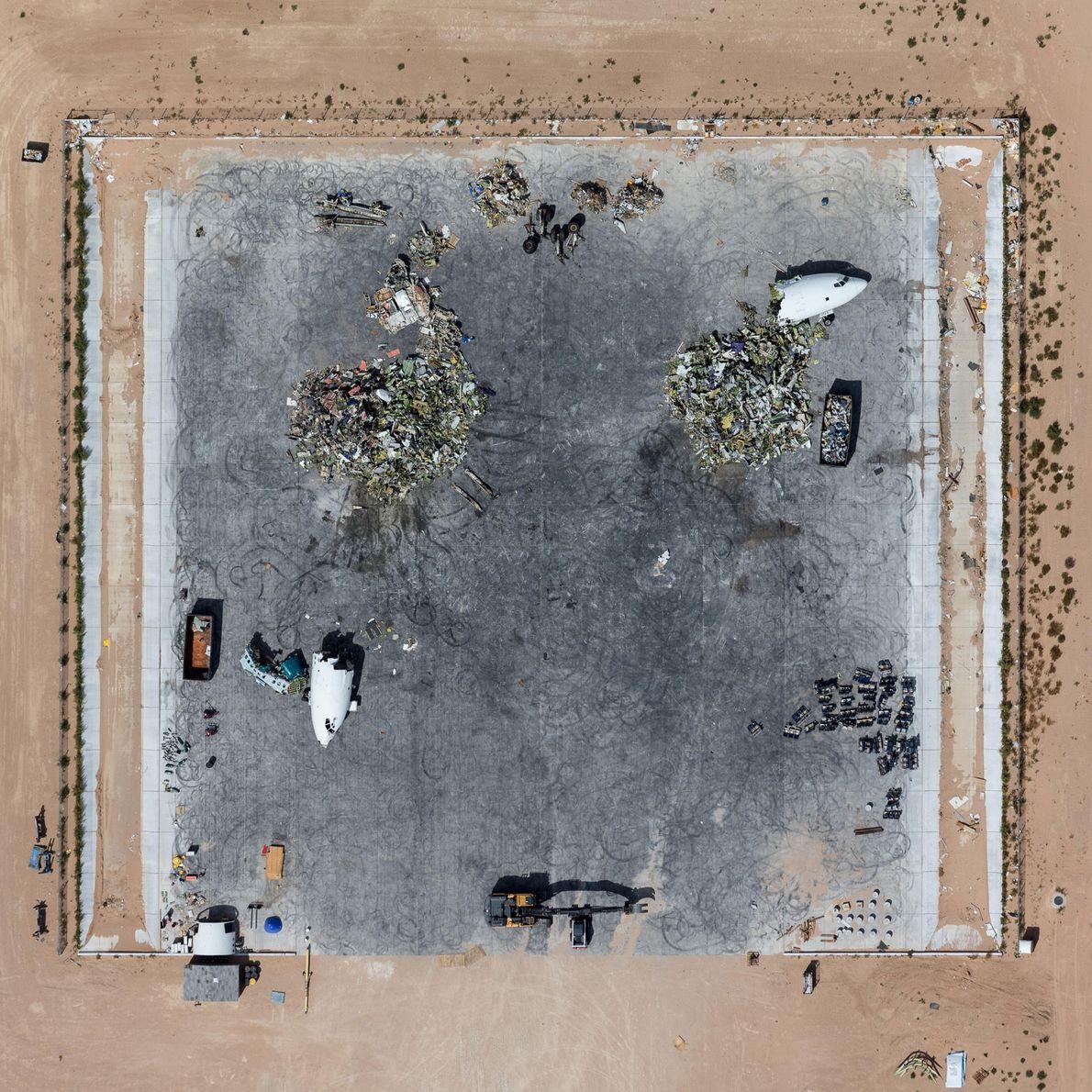 As aeronaves são destruídas e trituradas por maquinaria pesada em Victorville, na Califórnia.