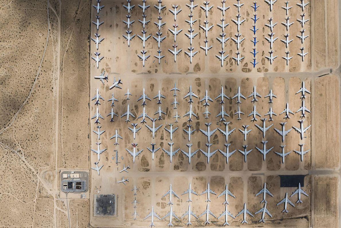 Aeronaves alinhadas num depósito em Victorville, na Califórnia.
