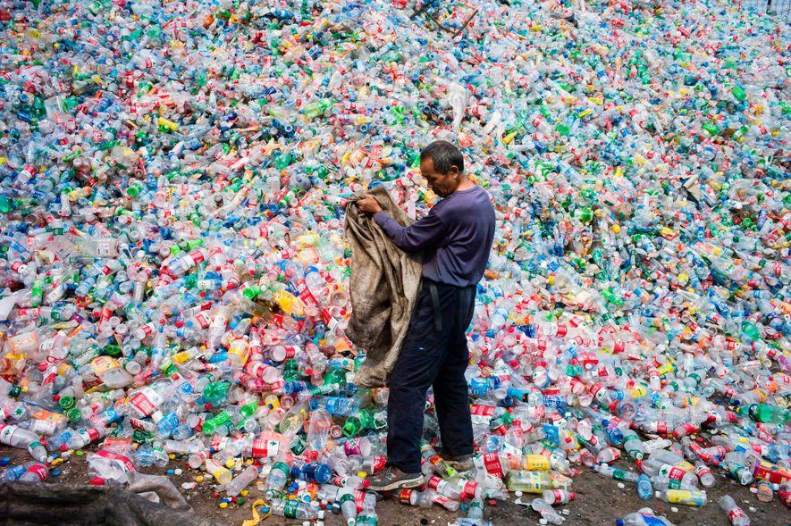 Operação de reciclagem na aldeia de Dong Xiao Kow, Pequim.