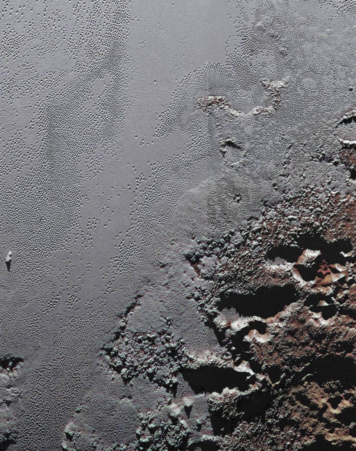 Esta imagem dramática captada pela sonda New Horizons da NASA mostra as montanhas escuras de Krun ...