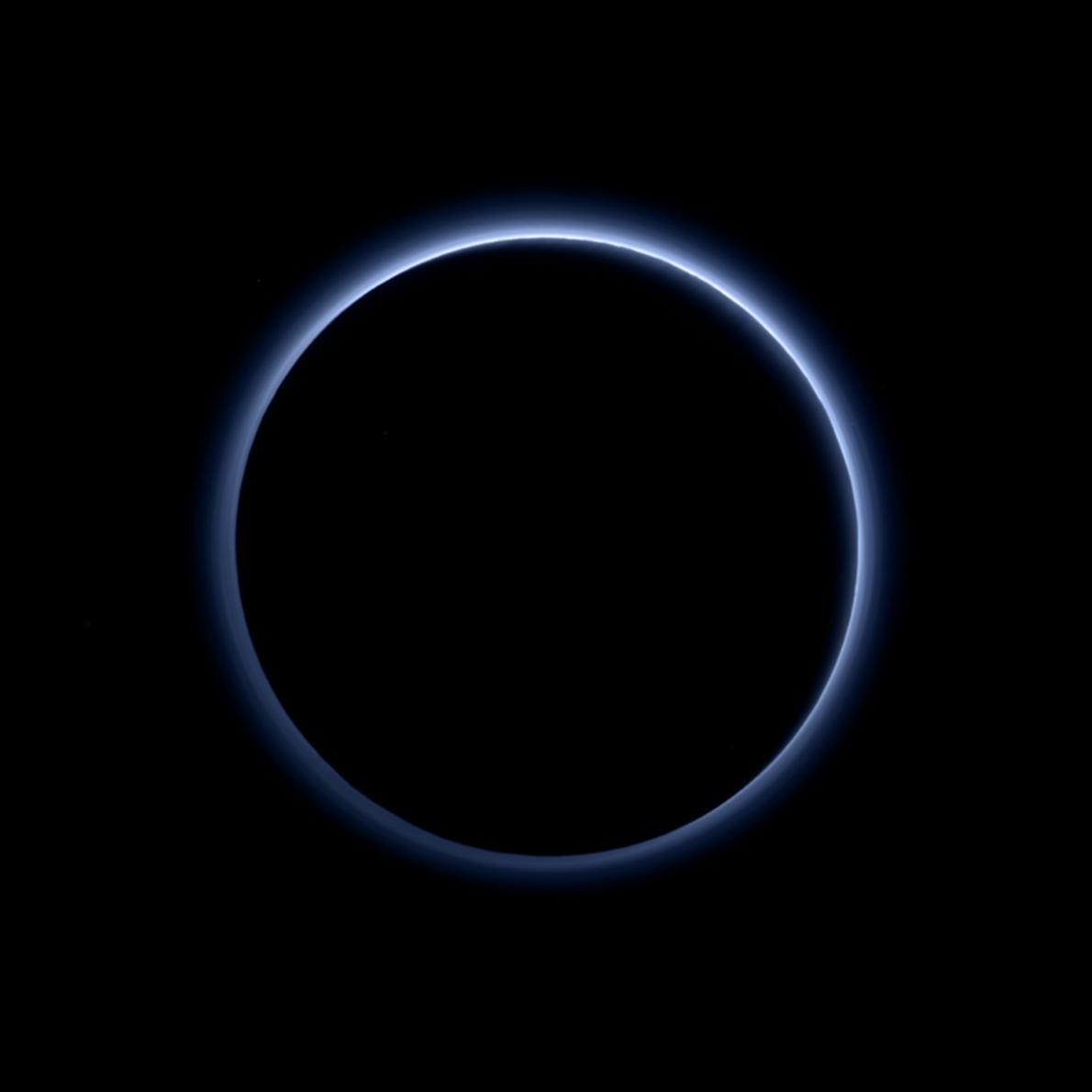 A camada de névoa de Plutão mostra a sua cor azul numa fotografia tirada pela New ...