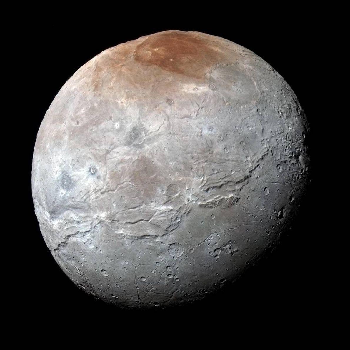 A sonda New Horizons da NASA captou esta imagem de alta resolução de Caronte, a lua ...