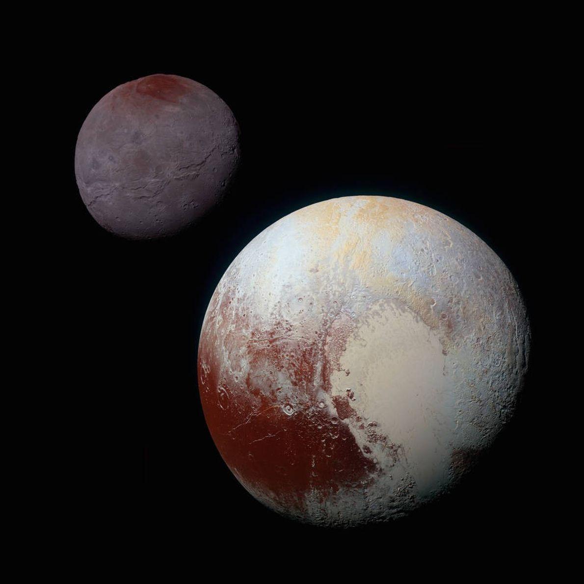Esta montagem com imagens de cores aprimoradas de Plutão (canto inferior direito) e Caronte (canto superior ...