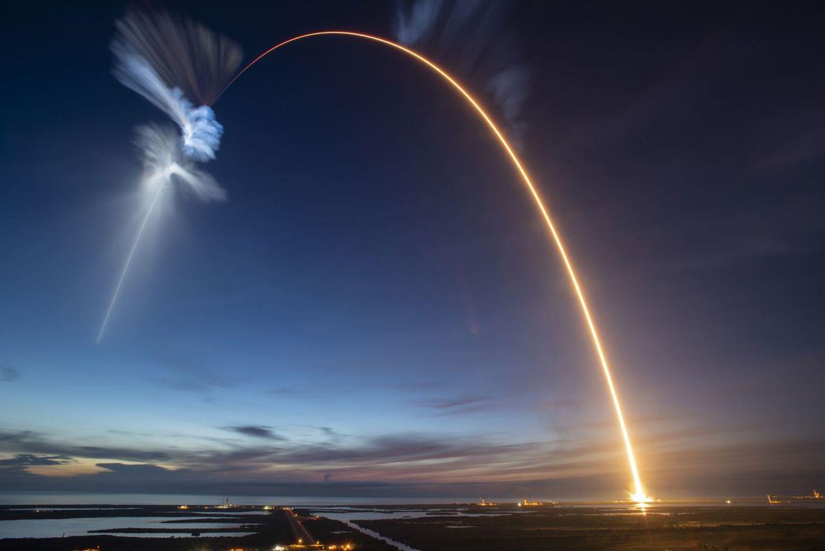 Fotografia do lançamento do foguete SpaceX Falcon 9 para o espaço