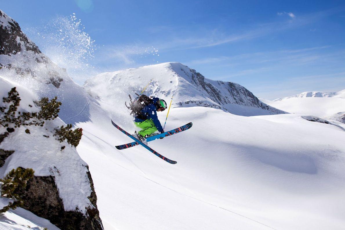 Fotografia de um esquiador na cordilheira da montanha de Rila, na Bulgária