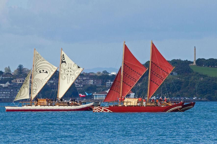 Dois wakas tradicionais, de casco duplo, Te Matau, à esquerda na fotografia, e Haunui, à direita, ...