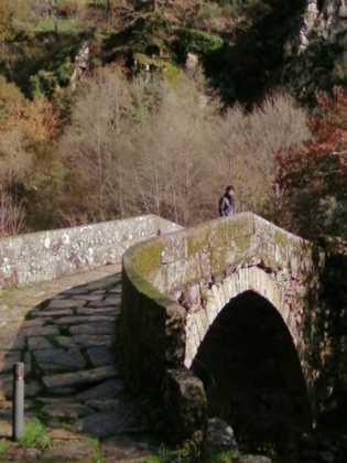 A Ponte da Misarela exibe um arco com mais de 10 metros, solidamente alicerçado nas escarpas ...