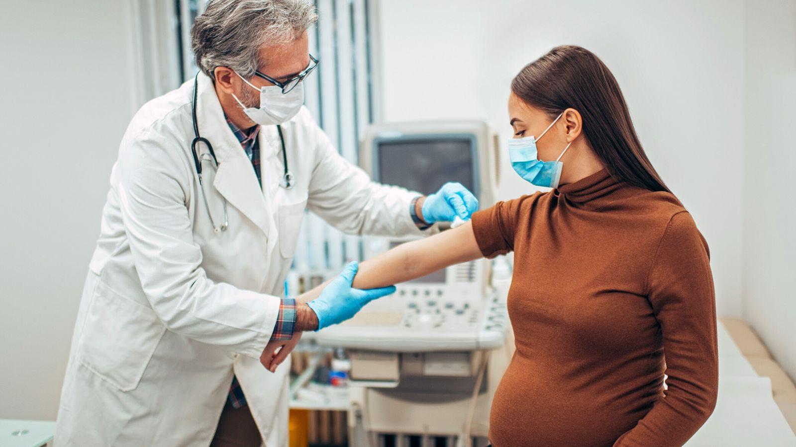 Historicamente excluídas dos ensaios clínicos, as grávidas têm muitas vezes de decidir se vão ser vacinadas ...
