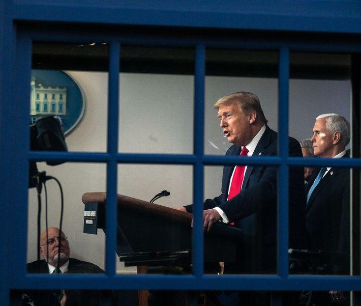 O presidente Donald Trump e o vice-presidente Mike Pence participam numa reunião da força de intervenção ...