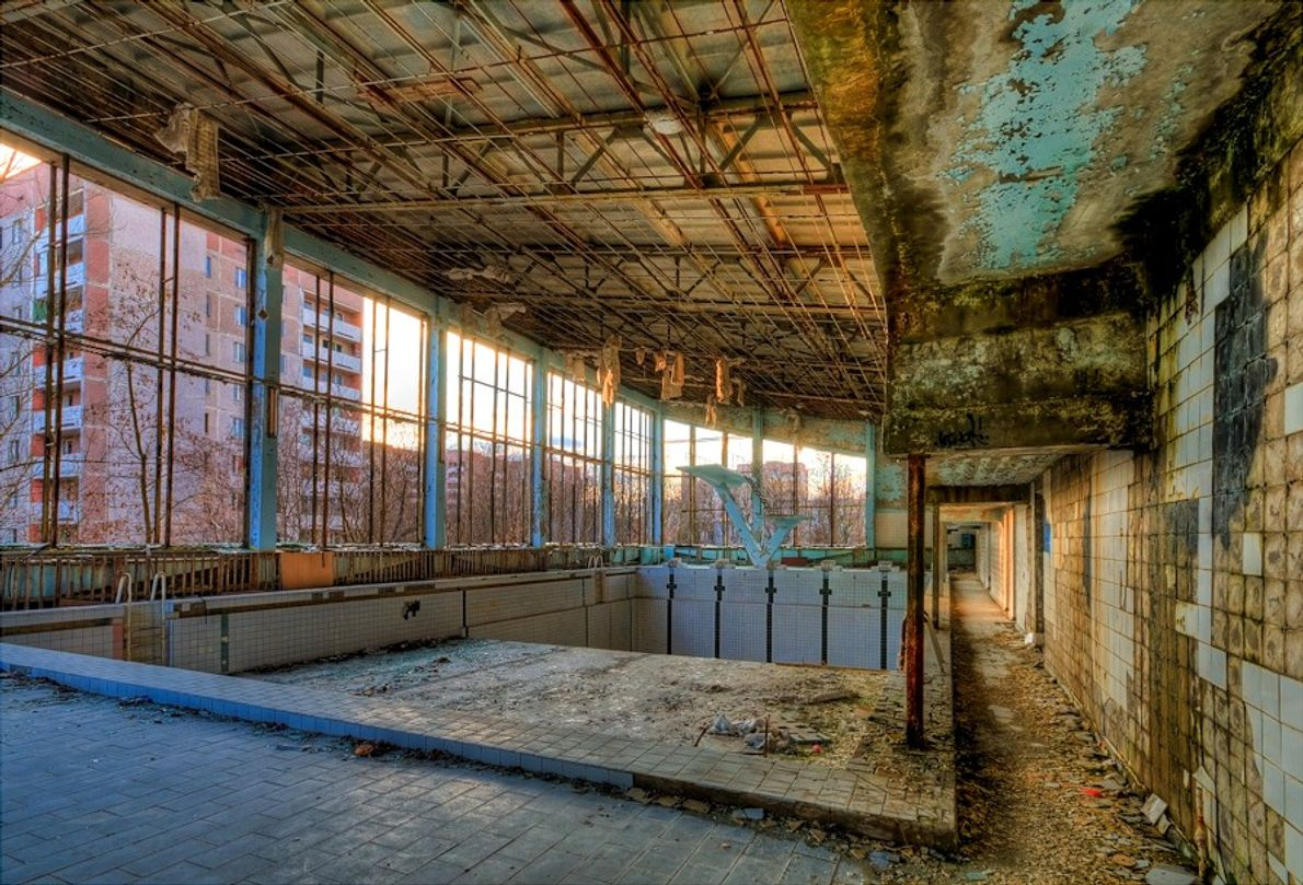 Ruínas da piscina municipal abandonada.