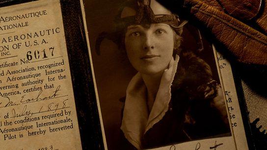 Certificada como aviadora apenas duas décadas depois do primeiro voo dos irmãos Wright, Amelia Earhart usou ...