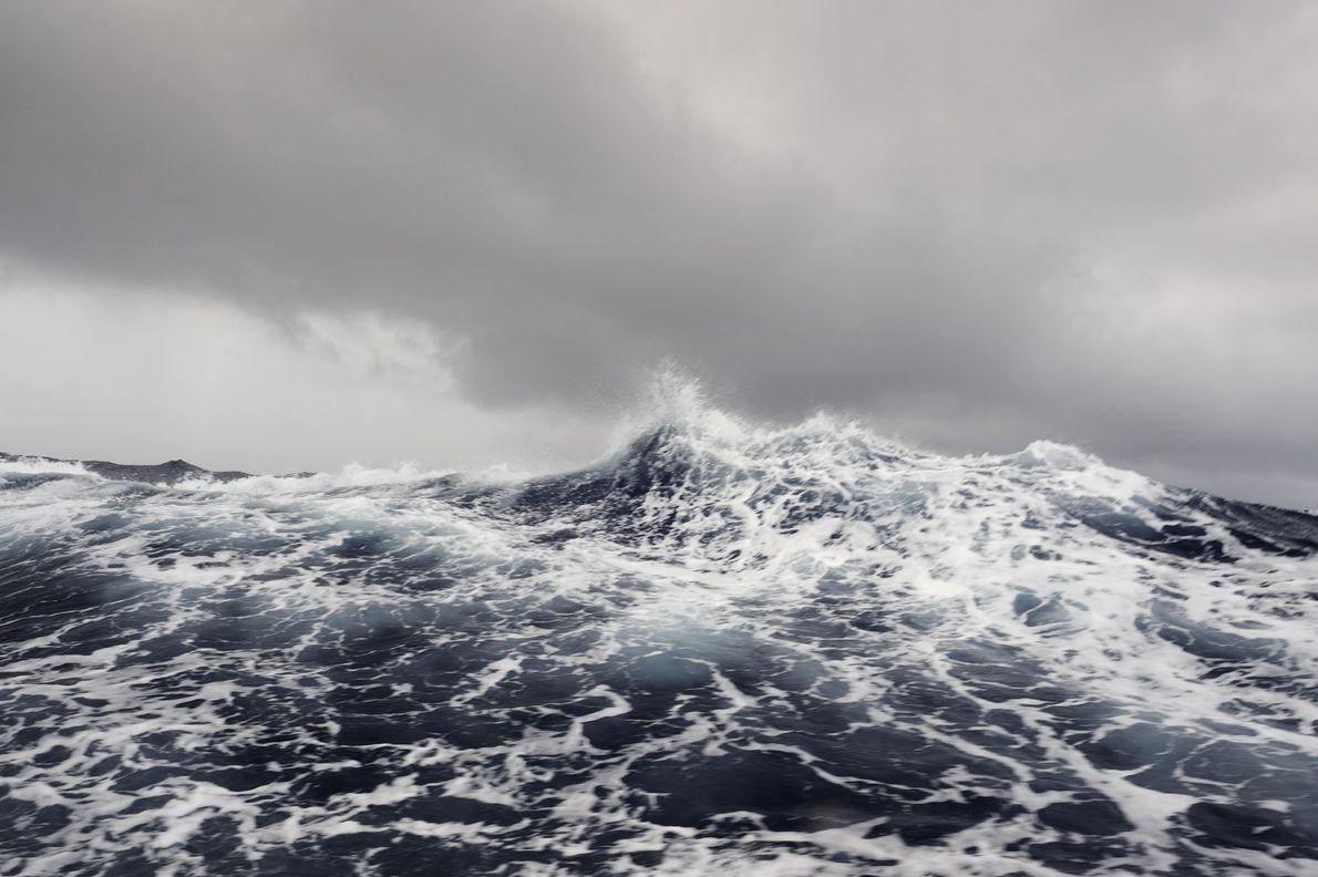 Mares agitados no centro-sul do Oceano Pacífico. A Área Protegida da Ilha de Phoenix fica na ...