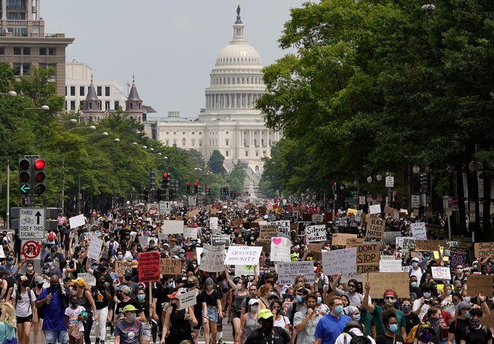 No dia 6 de junho de 2020, os manifestantes marcharam pela Pennsylvania Avenue, em Washington D.C., ...