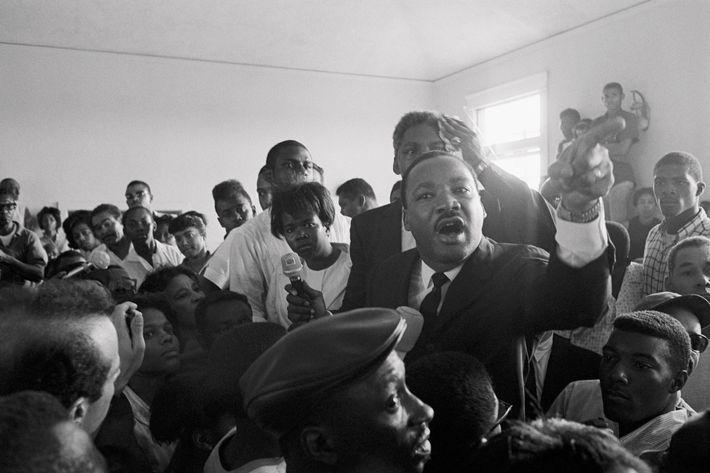Uma semana depois dos tumultos terem começado em Watts, Martin Luther King Jr. disse aos habitantes ...