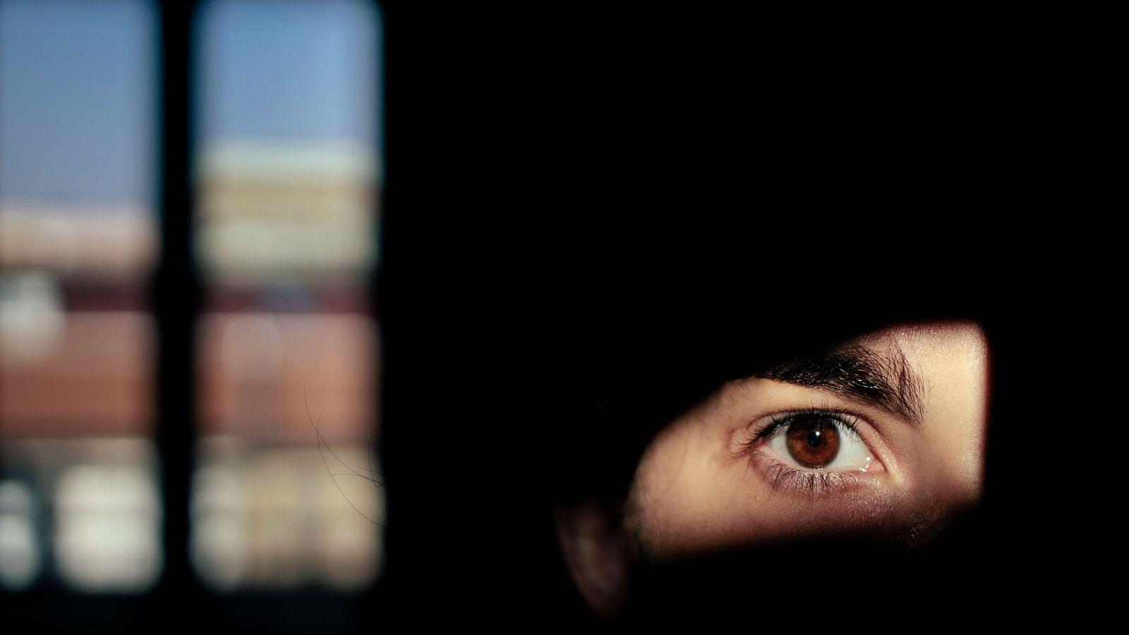 A fotógrafa Camilla Ferrari tira um autorretrato enquanto está de quarentena em Milão. Os psicólogos estão ...