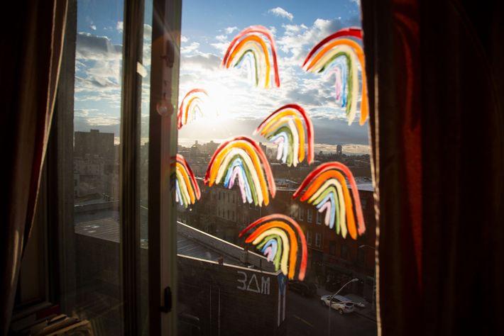 Depois de ouvir dizer que as pessoas estavam a colocar arco-íris nas janelas para as crianças ...
