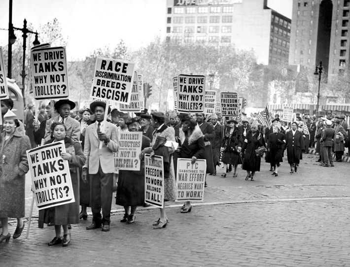 Em agosto de 1944, os manifestantes marcharam em apoio à decisão da companhia de transportes de ...