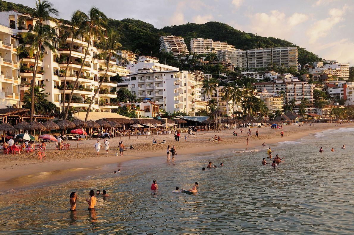 """PUERTO VALLARTA, MÉXICO Razões para ir: Mesmo sem as suas mundialmente famosas celebrações do """"Orgulho"""", Puerto Vallarta ..."""