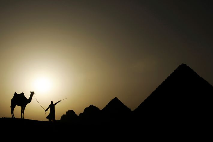 O sol põe-se na necrópole de Gizé nos arredores de Cairo, no Egito.