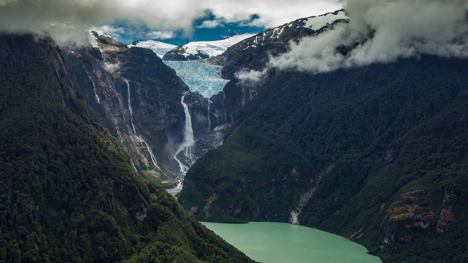 Quedas de água a cair de um glaciar suspenso, no Parque Nacional de Quelat, uma vista ...