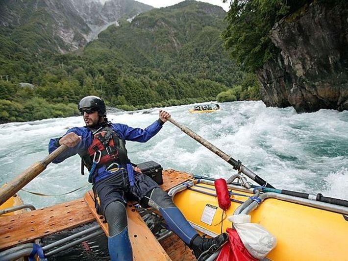 Rafters com vários níveis de capacidades podem apreciar um cenário montanhoso soberbo no Rio Futaleufú, alimentado ...