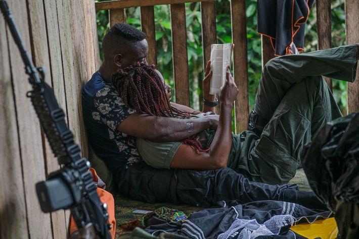 A Comandante Yesenia, da Frente de Libertação Nacional (FLN), está a ler um romance em voz ...