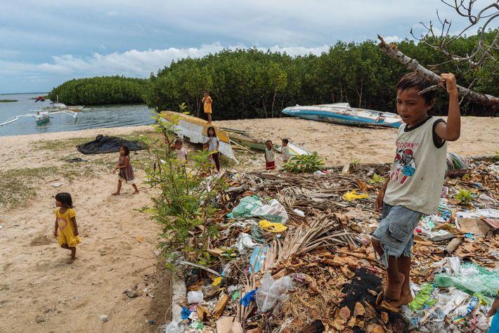 Esta Comunidade nas Filipinas Converte Redes de Pesca de Plástico em Alcatifas