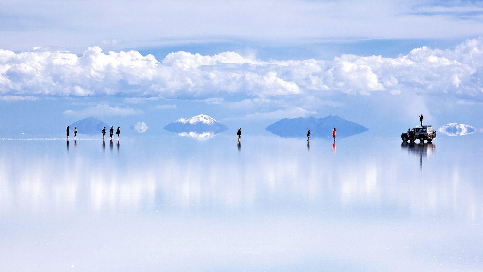 Uma fina camada de água transforma Salar de Uyuni, na Bolívia, numa tela de reflexos