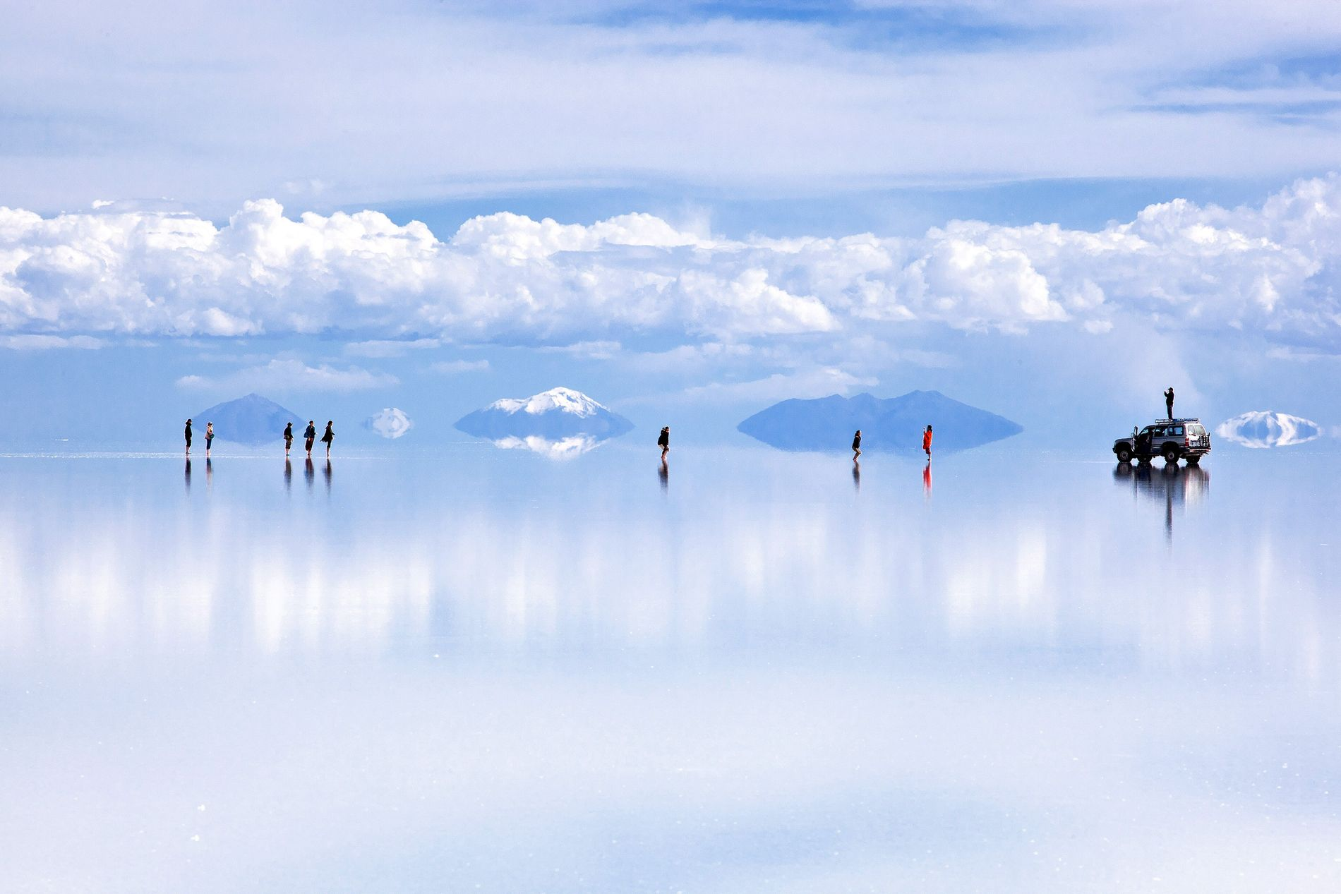 Uma fina camada de água transforma Salar de Uyuni, na Bolívia, numa tela de reflexos.