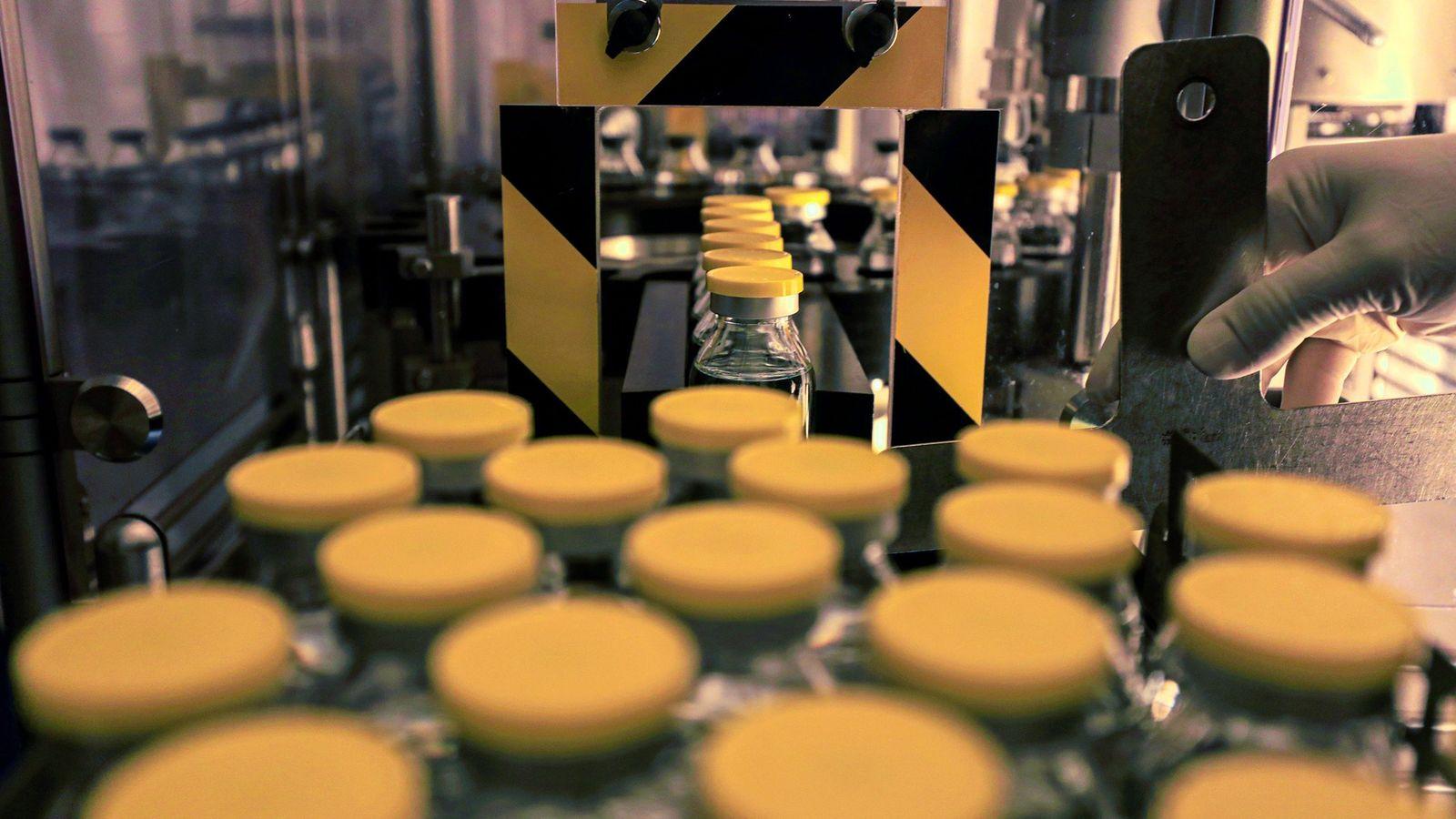 Um técnico de laboratório trabalha na produção do medicamento antiviral remdesivir nas instalações da Eva Pharma ...