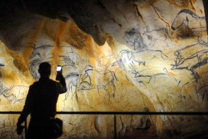 No sul de França, Chauvet-Pont-d'Arc, uma gruta de pinturas rupestres do paleolítico, é muito vulnerável para ...