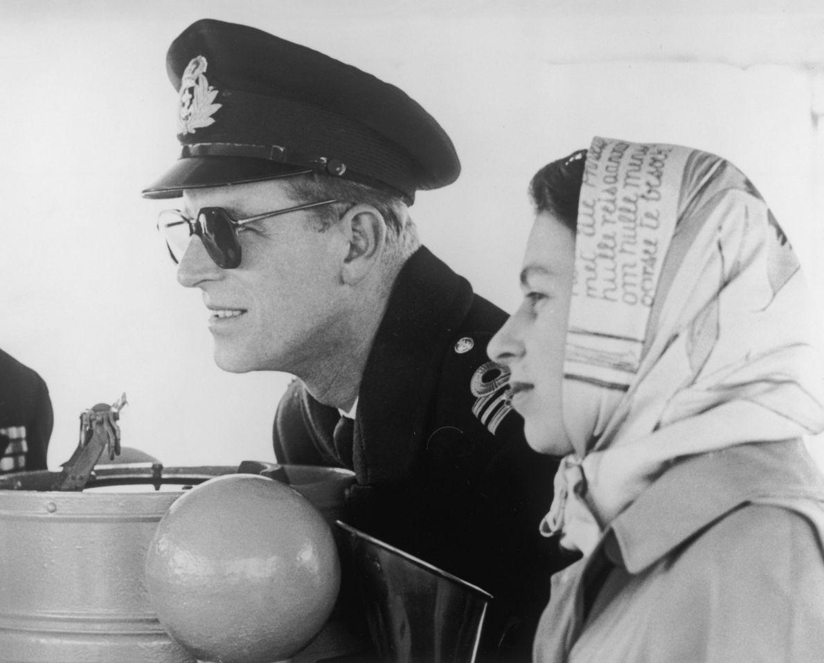 O duque de Edimburgo e a rainha Isabel II navegam rumo à Colúmbia Britânica durante uma ...