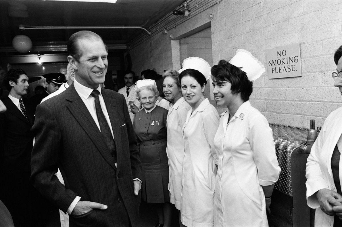 Philip cumprimenta a equipa do Hospital Geral de Birmingham durante uma visita às vítimas dos atentados ...