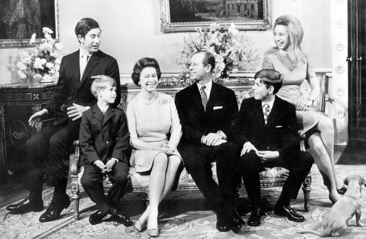 A rainha Isabel II e o Príncipe Philip, ao centro, tiveram quatro filhos. Da esquerda para ...