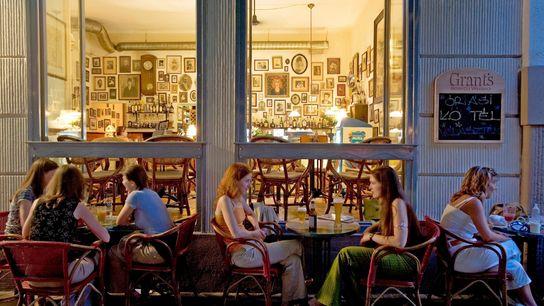 Imagem de um café em Budapeste, na Hungria.